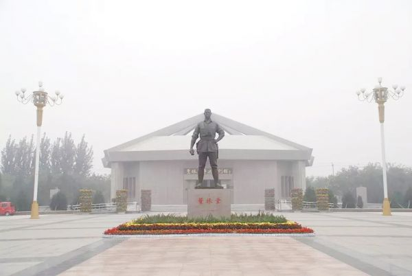 董振堂铜像 图1