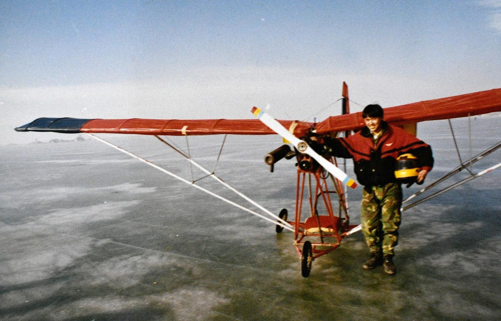 1996年,刘亦兵与自己制造的飞机合影。