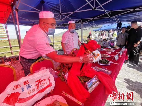 图为活动中的特色美食供民众品尝。 李隽 摄