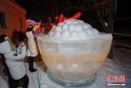 首屆哈爾濱道臺府冰雪燈會引游客觀賞